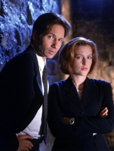 THE X FILES: David Duchovny (L) as Agent Fox Mulder and Gillian Anderson (R) as Agent Dana Scully. ©1998 FOX BROADCASTING COMPANY. CR: Mark Seliger/FOX